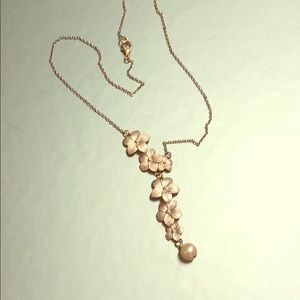 Silver flower and solitary pearl necklace